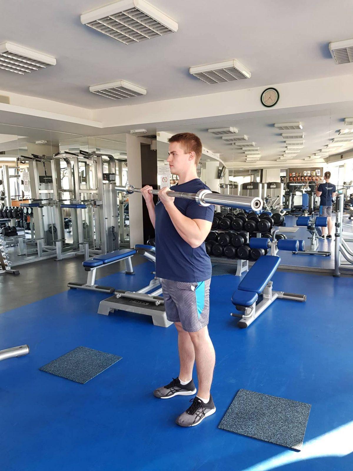 Bicepsový zdvih s obojručnou činkou