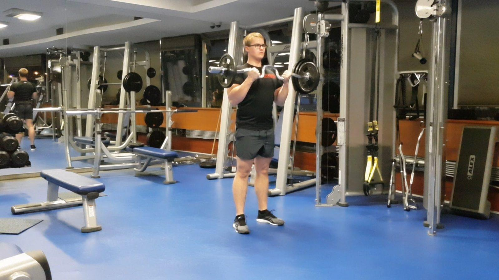 Bicepsový zdvih s EZ činkou