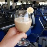 Vegánsky  milkshake plný rastlinných bielkovín s banánom absolútne bez mlieka