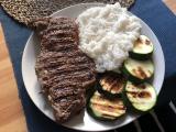 Poriadny hovädzí steak z roštenca s grilovanou cuketou a basmati ryžou
