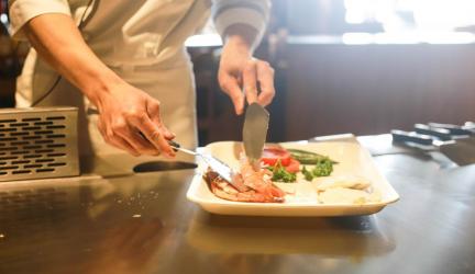 Začínate s varením? Prečítajte si o tom, čo by nemalo chýbať v základnom vybavení jednoduchej kuchyne!