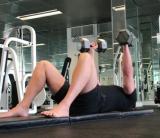 Floor press – tlakové cvičenie priateľské voči vašim ramenám