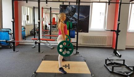 Sumo mŕtvy ťah (mŕtvy ťah so širokým postavením chodidiel) – perfektné cvičenie pre váš zadok a zadné stehná!